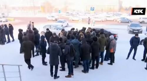 """""""400 человек уволили за ночь"""". Вокруг """"Абу-Даби Плаза"""" разгорается крупный скандал"""
