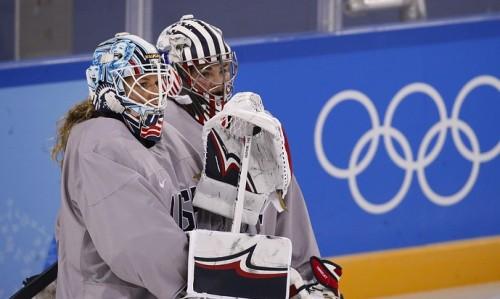 СМИ: МОК призвал двух вратарей женской сборной США сменить шлем по политическим причинам