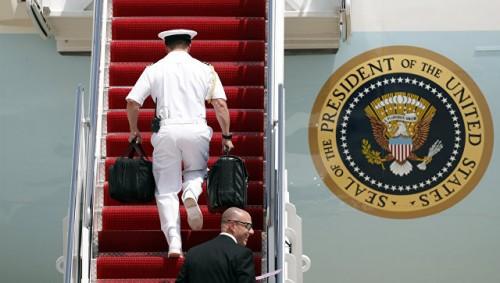"""СМИ сообщили о потасовке в Китае из-за """"ядерного чемоданчика"""" Трампа"""