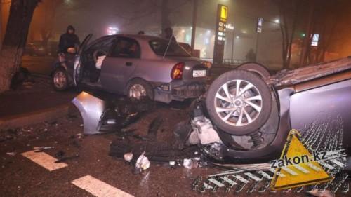 В Алматы машина перевернулась на крышу после сильного удара