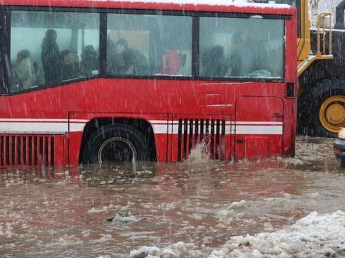 Потоп в ВКО: эвакуировано около 400 человек, отменены занятия, перекрыты дороги, в Аягозском районе объявлен режим ЧС