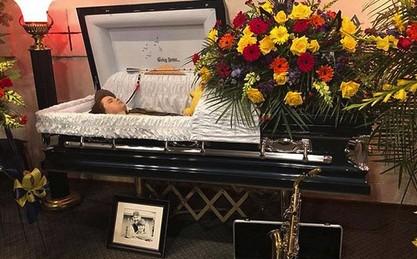 Мать решила проучить хулиганов и выложила фото сына-самоубийцы в открытом гробу