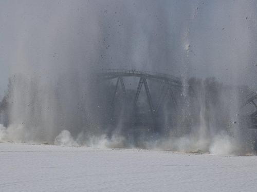 На реках ВКО взрывают лед