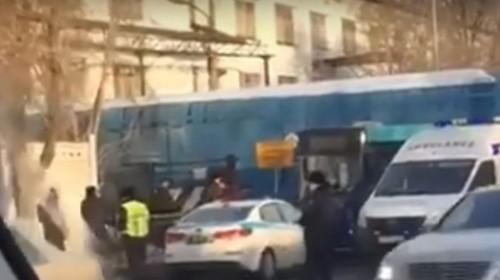 Пассажирский автобус столкнулся с тепловозом в Караганде (ВИДЕО)