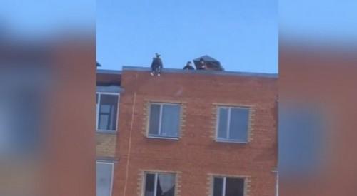 Играющие на крыше пятиэтажки дети встревожили жителей Косшы (ВИДЕО)