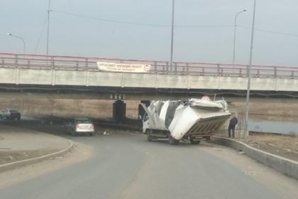 """Мост с плакатом «""""Газель"""" не проедет» поймал 146-ю жертву"""