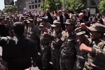 Военные присоединились к протестам в Ереване