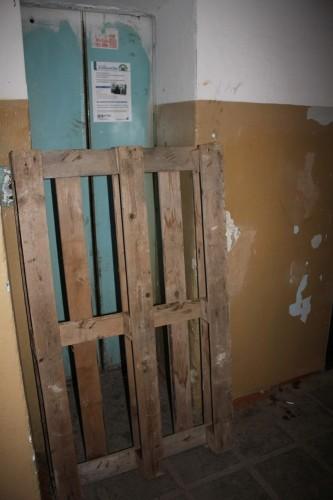 Жители Актобе попрощались с погибшей телеведущей возле её дома в 12 микрорайоне