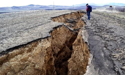 Огромный провал длиной в два километра образовался в Катон-Карагайском районе ВКО