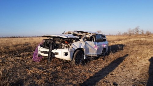 В ЗКО в ДТП попала машина из свадебного кортежа