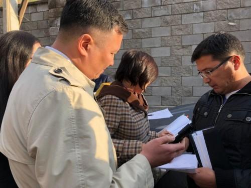 Возле дома судьи в Алматы прошло выездное заседание суда из-за спора с соседями