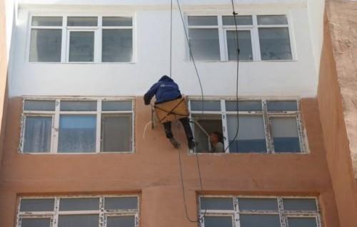 Пять лет на честном слове: В акимате Актау высказались о шатающейся стене жилого дома