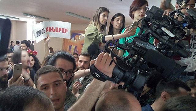 ВЕреване участники митинга вторглись  в сооружение  гродской администрации