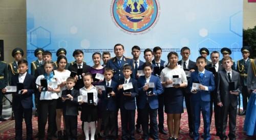 Казахстанских детей-героев наградил глава МВД