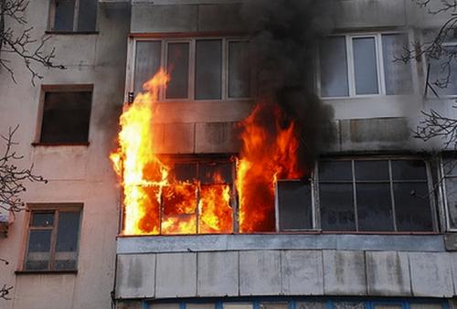Случайный прохожий спас 5-летнего ребенка из горящей квартиры в ВКО