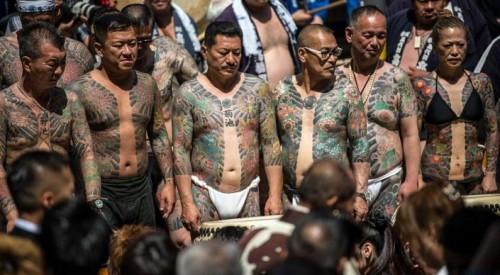 Японцы массово разделись и показали татуировки в стиле якудза