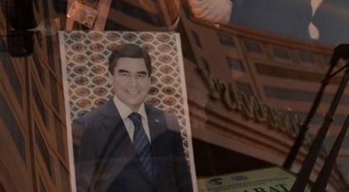 Портреты президента вместо туалетной бумаги использовали в Туркменистане