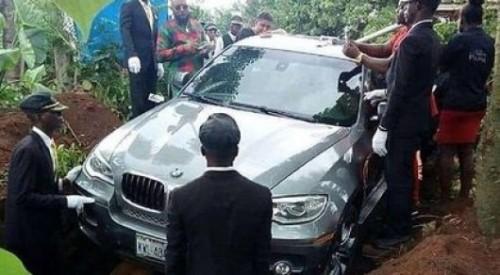 Мужчина похоронил отца в роскошном внедорожнике