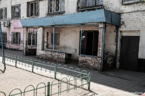 «Так даже в морге не пахнет»: В центре Астаны дети и инвалиды живут в пропитанном канализацией общежитии (ФОТО)
