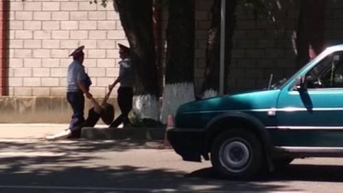 В ДВД Алматы прокомментировали фото, на котором полицейские тащат женщину