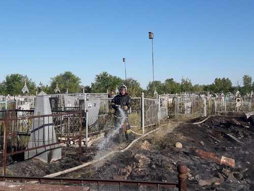 В Семее загорелось кладбище