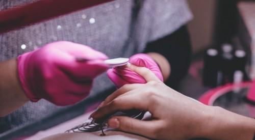 Потеряла ногти на руках и ногах: алматинка пожаловалась на салон красоты