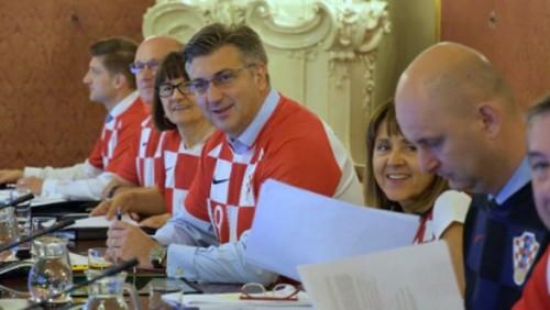 Правительство Хорватии сменило костюмы на футбольные майки