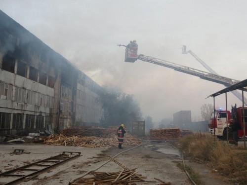 Более двух часов тушили пожар в индустриальной зоне «Ордабасы» города Шымкент