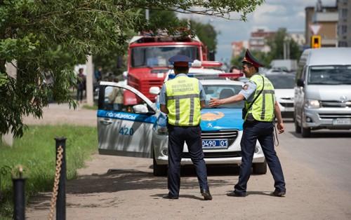 Акын Акыныч заставил полицейских устранить беспредел на дороге в Алматы