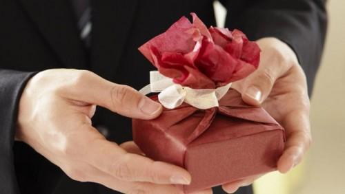 Девять человек наказаны за дарение коробок конфет