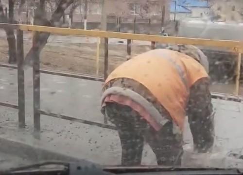 «Какая бессмысленная, тяжёлая работа». Мытье уличных заборов в слякотную погоду удивило жительницу Костаная