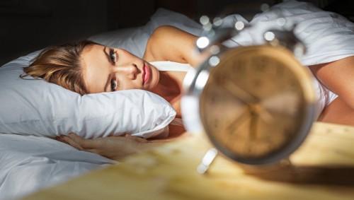 Ученые рассказали, чем опасен сон не в полной темноте