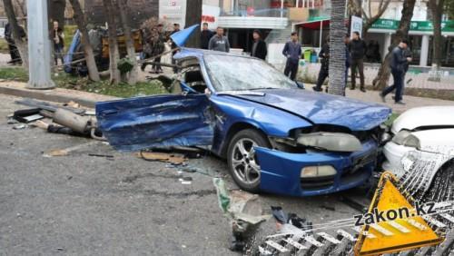 В центре Алматы в страшном ДТП погиб водитель