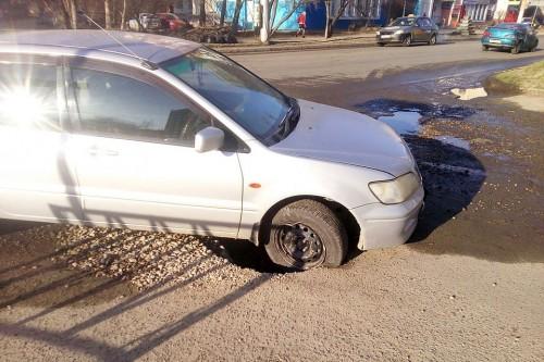 Автовладелец, разбивший машину по причине ямы на дороге, выиграл суд у чиновников, отвечающих за дороги в Актобе