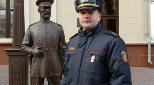 Милиционеры Беларуси заставили подростка извиниться перед статуей