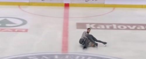 Фигурист уронил партнершу на лед с двухметровой высоты, не удержав на руках