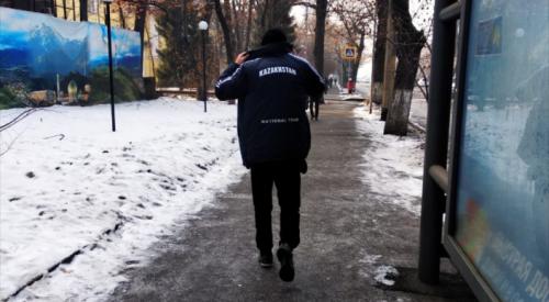 Украл телефон у школьницы и угрожал - полиция ищет мужчину в Алматы