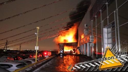 Близ Алматы горел автосалон