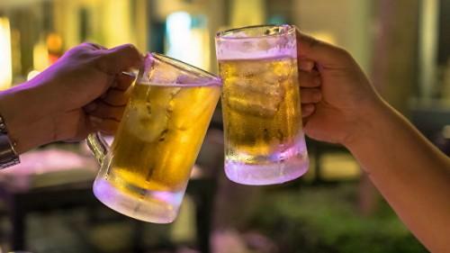 На посошок. Ученые объяснили, почему пиво опаснее водки
