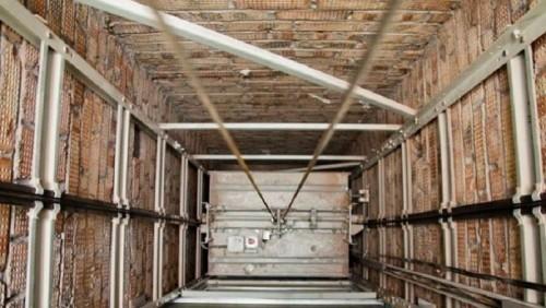 Лифт сорвался в многоэтажке в Алматы: погиб мужчина