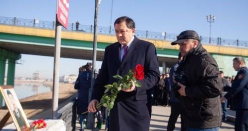 Место гибели полицейского усыпали цветами в Атырау