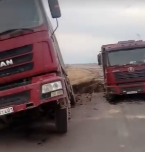 "Два грузовика ""ушли под землю"" в Карагандинской области"
