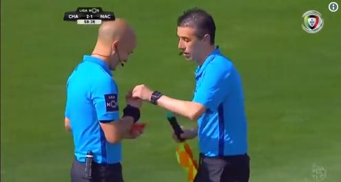 В Португалии судья на 2 минуты остановил игру, чтобы лайнсмен сходил в туалет