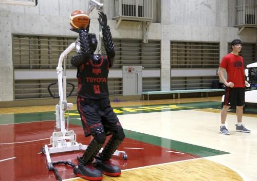 Toyota разработала двухметрового робота-баскетболиста с высокой точностью бросков