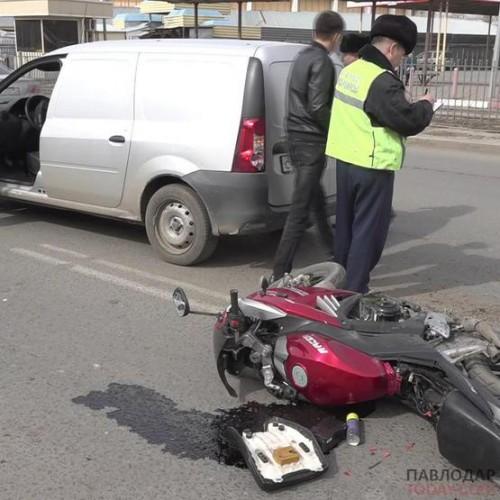 Мотоциклист врезался в машину, упал на землю и угодил под колеса другого автомобиля