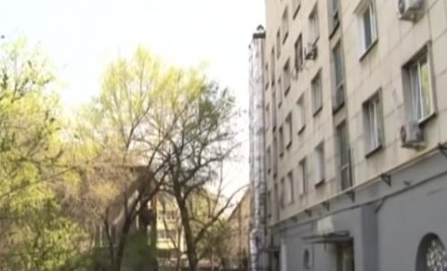 В Алматы разгорелся скандал между жильцами многоэтажного дома и владельцем одного из баров