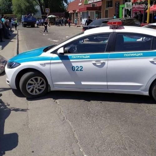 Манипулятор рухнул на людей в Алматы