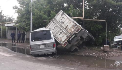 Неудачный поворот: микроавтобус и мини-грузовик разбились всмятку в Алматы