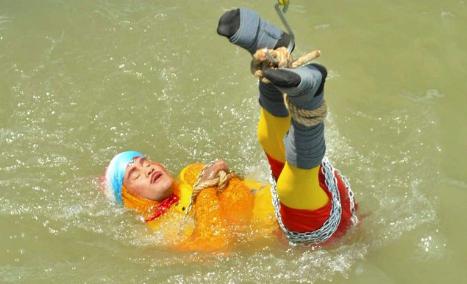 """В реке нашли тело """"индийского Гудини"""", пропавшего при выполнении трюка"""