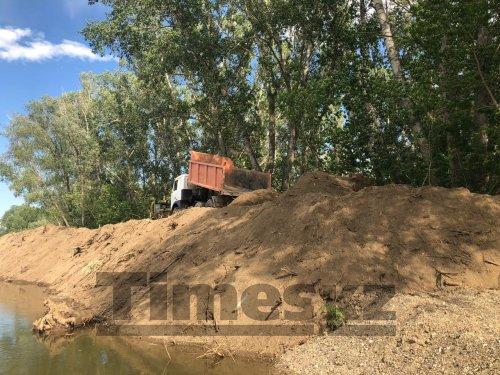 Компании, работающие на расчистке и расширении русел рек в Актобе, оштрафовали за пыль
